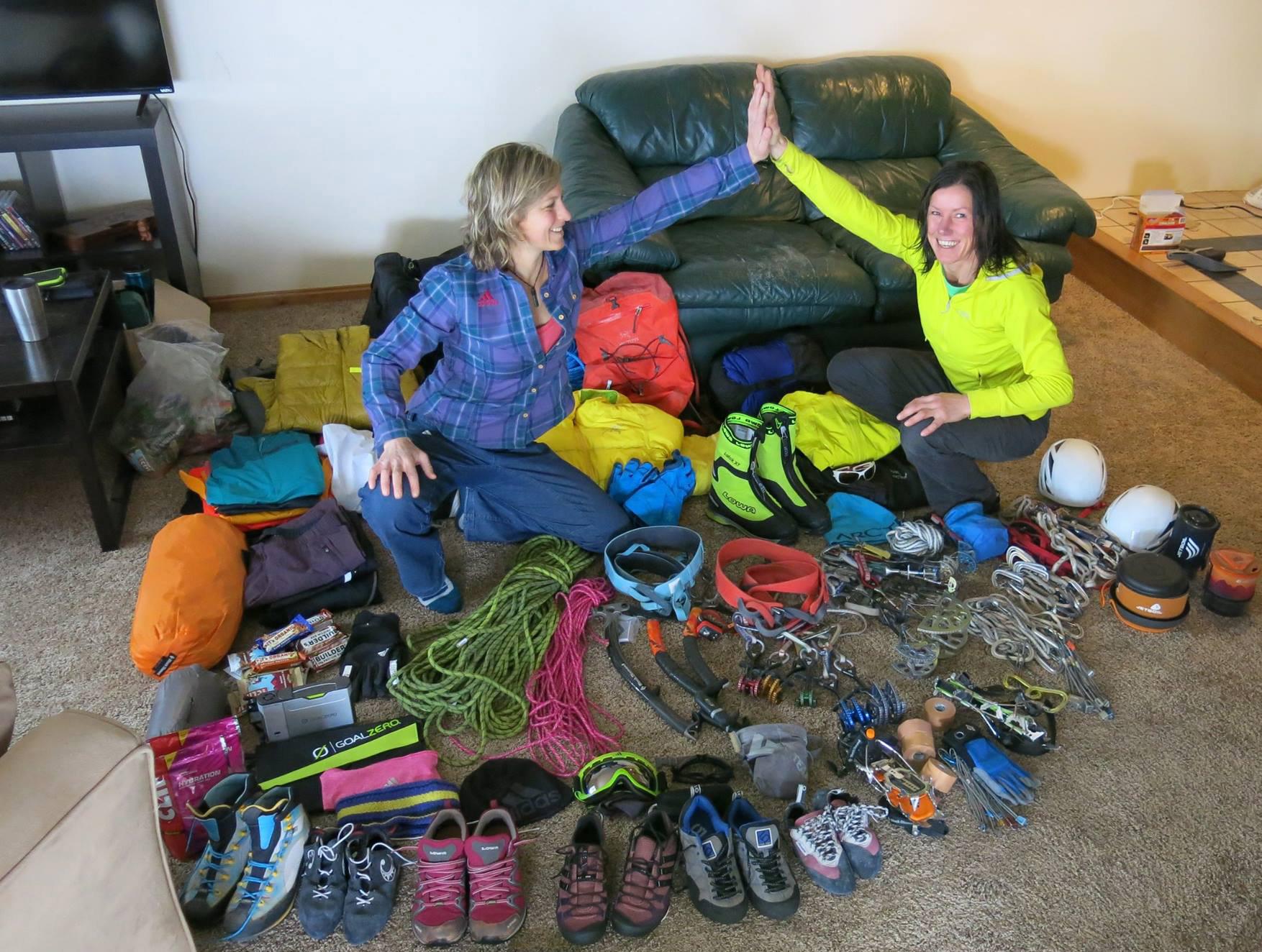 Ines Papert und Mayan Smith-Gobat mit ihrer Ausrüstung