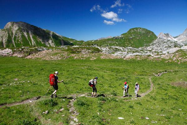 Über den Gehrengrat führt die Lechquellenrunde ins Steinerne Meer.