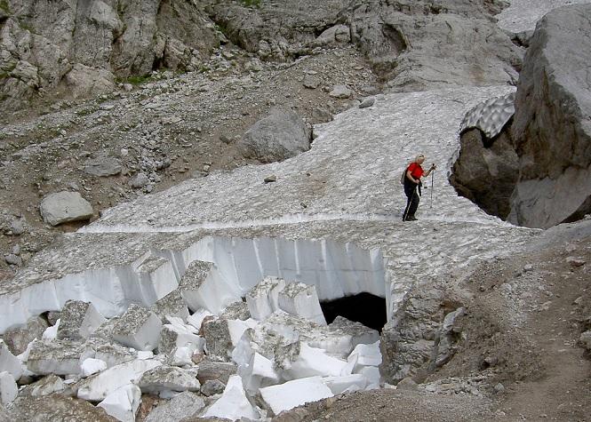 Schneereste erfordern besondere Vorsicht beim Bergsteigen.