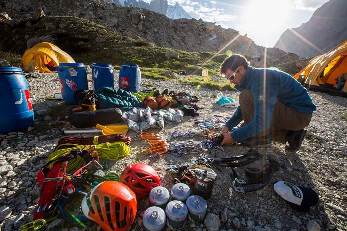 Ausrüstung gehört zu einer Expedition. Aber muss der Transport immer mit dem Helikopter erfolgen?