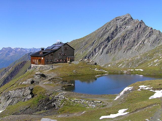 Die Sudetendeutsche Hütte mit dem Nussingkogel (2991 m) im Hintergrund