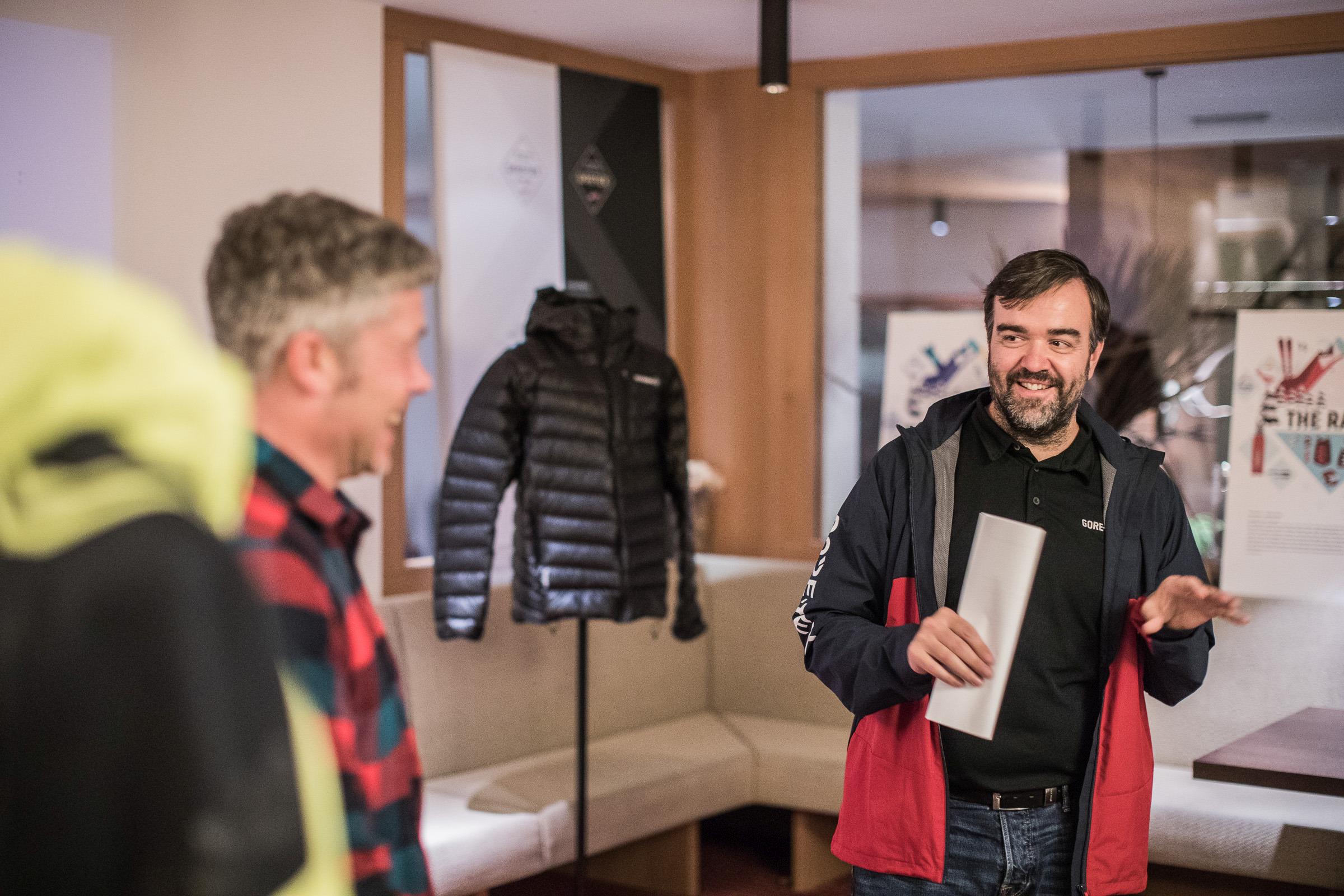 Andreas Marmsoler, Pressesprecher von Gore, mit Produktentwickler Christian Mayer (links)