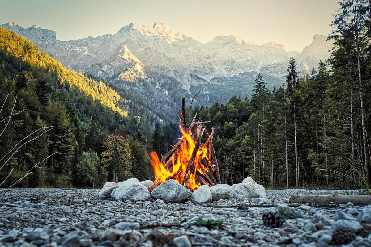 Ein romantisches Lagerfeuer in den Bergen.