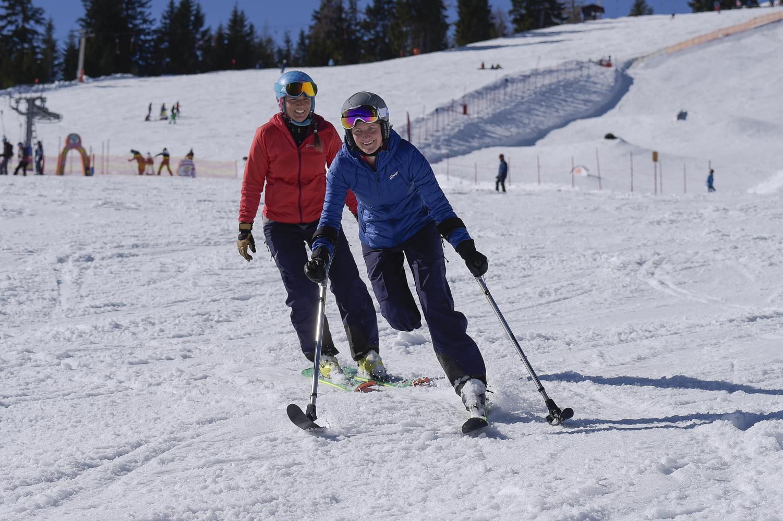Jaqueline Fritz mit immer mehr Schwung auf der Piste, begleitet von Freundin Saskia