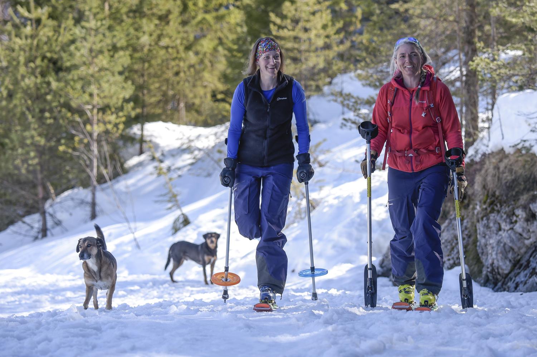 Jaqueline Fritz mit gepimpten Gehhilfen auf Skitour