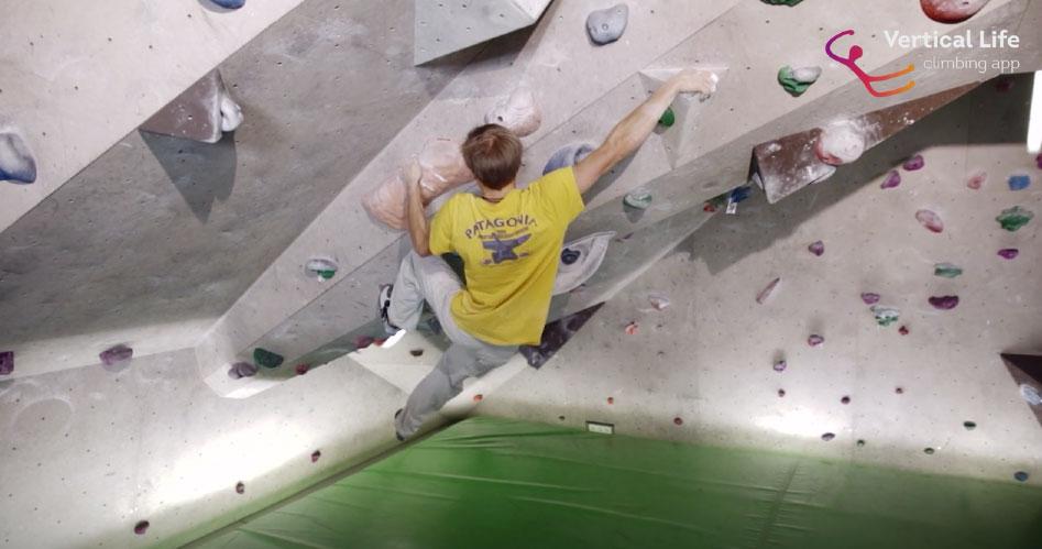 Alex Megos im Café Kraft - eine der Kletterhallen, die in der Vertical-Life App zu finden ist.