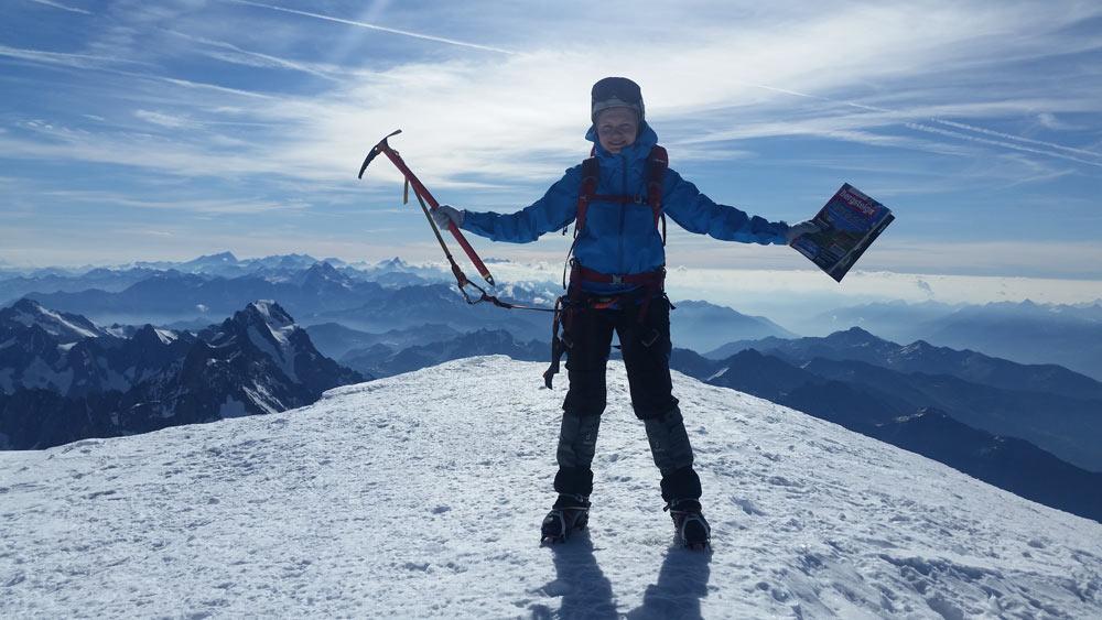 Anna Braytseva mit Bergsteiger Magazin auf dem Mont Blanc