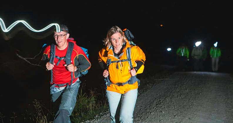 Eine Nacht durchzuwandern ist für die meisten Neuland. Gemeinsam macht's mehr Spaß.