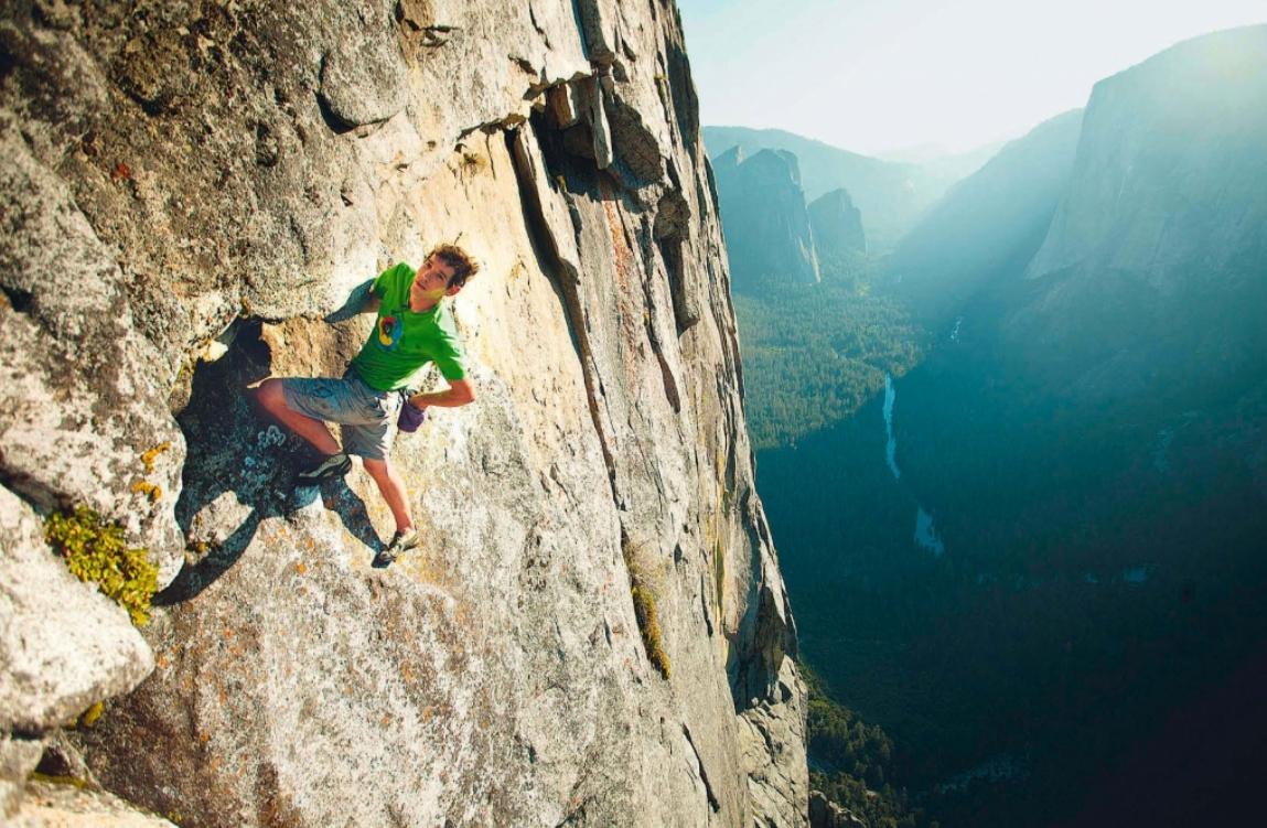 Kletterschuhe, Chalk-Bag und das Vertrauen in die eigenen Fähigkeiten: Honnold an der 650 Meter hohen Wand des Half Dome