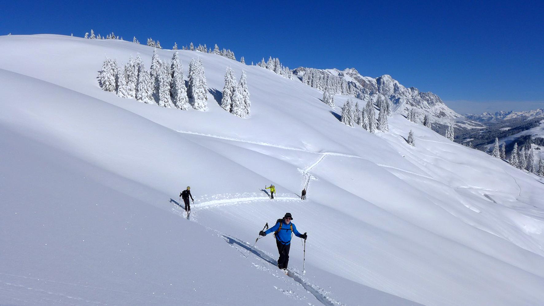 Sicher auf Skitour: Der Alpenverein empfiehlt Entlastungsabstände von 10 Metern beim Aufstieg in Steilhängen (über 30°). Das reduziert nicht nur die Belastung auf die Schneedecke, sondern steigert auch den Komfort bei Spitzkehren