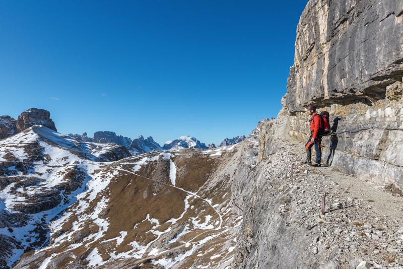 Der neue »Alpinisteig« folgt markanten Horizontalbändern im Rücken ehemaliger italienischer Stellungen zwischen dem Sandbühel- und dem Oberbachernjoch.