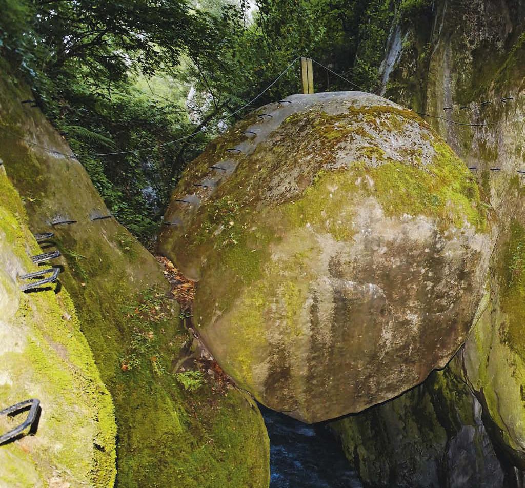Der »Roche suspendue« hat sich in der Vésubie-Schlucht verklemmt, die Via ferrata des Canyons de Lantosque führt an ihm vorbei