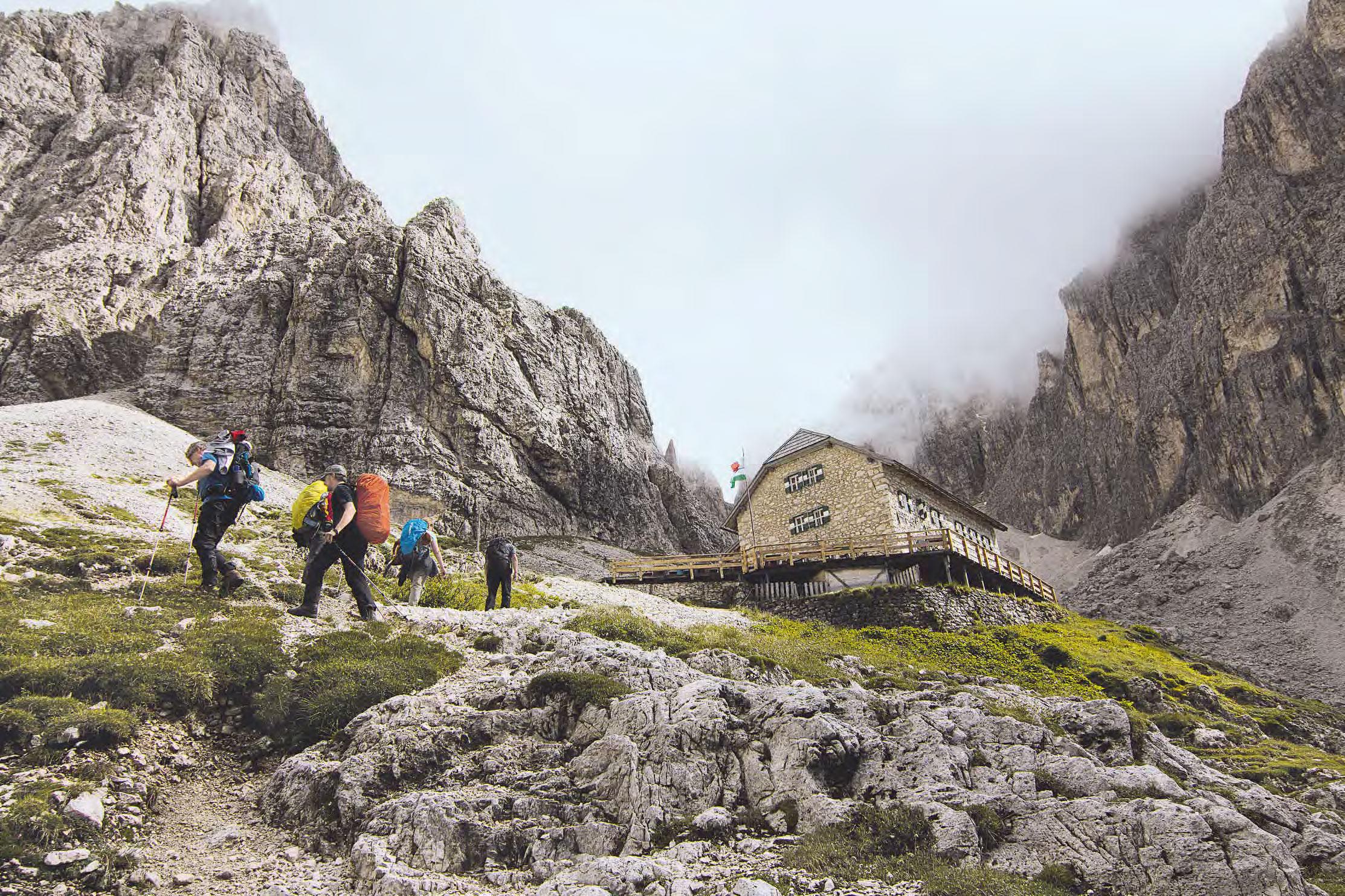 Wenn eine Schlechtwetterfront naht, ziehen Wolkenfetzen auch um die Langkofelhütt e, die auf 2256 Metern nahe der Felswand klebt.
