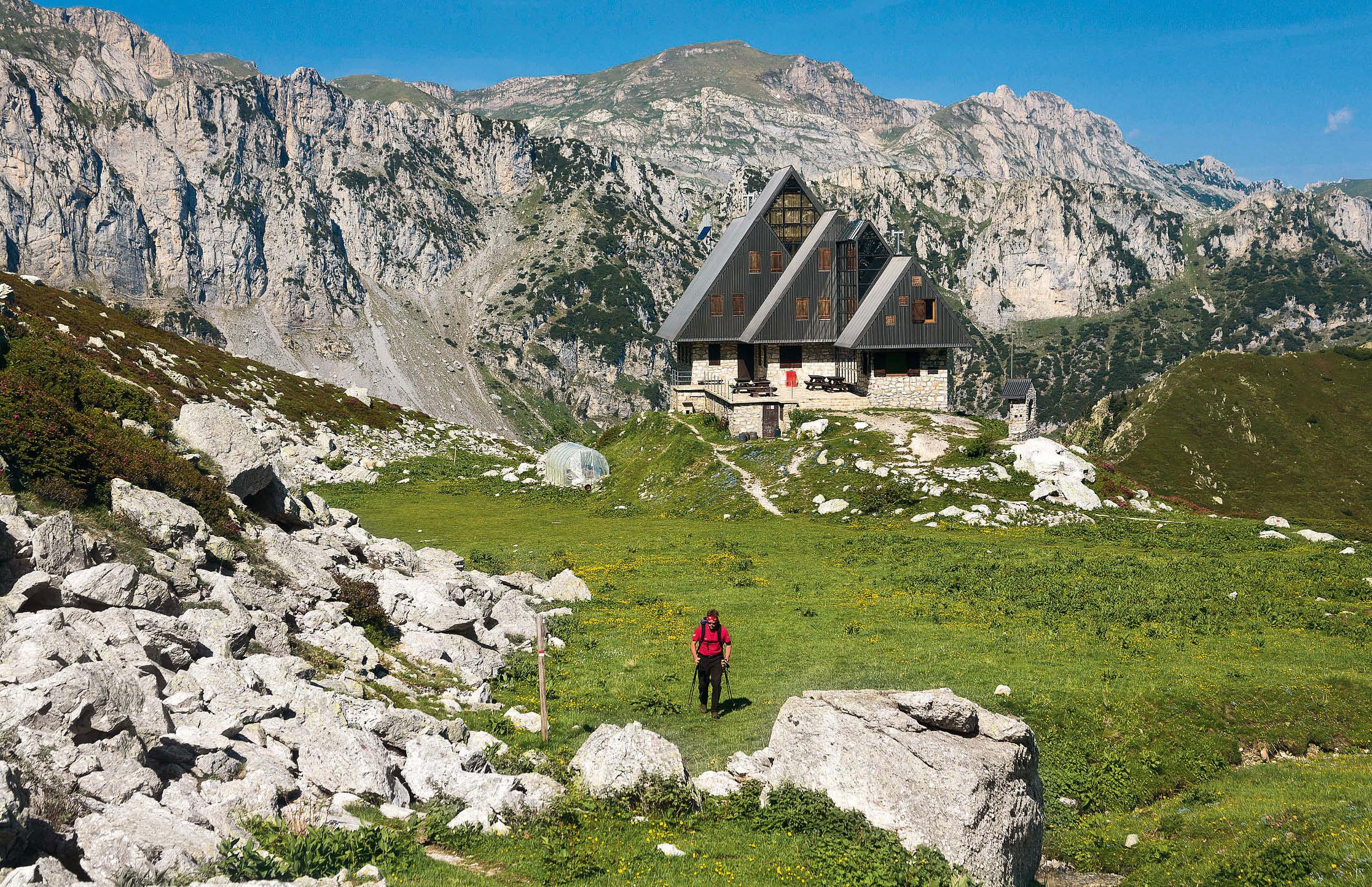 Das Rifugio Garelli setzt auf Strom aus Wasserkraft . Damit wird auch das kleine Gewächshaus links der Hütt e beheizt.