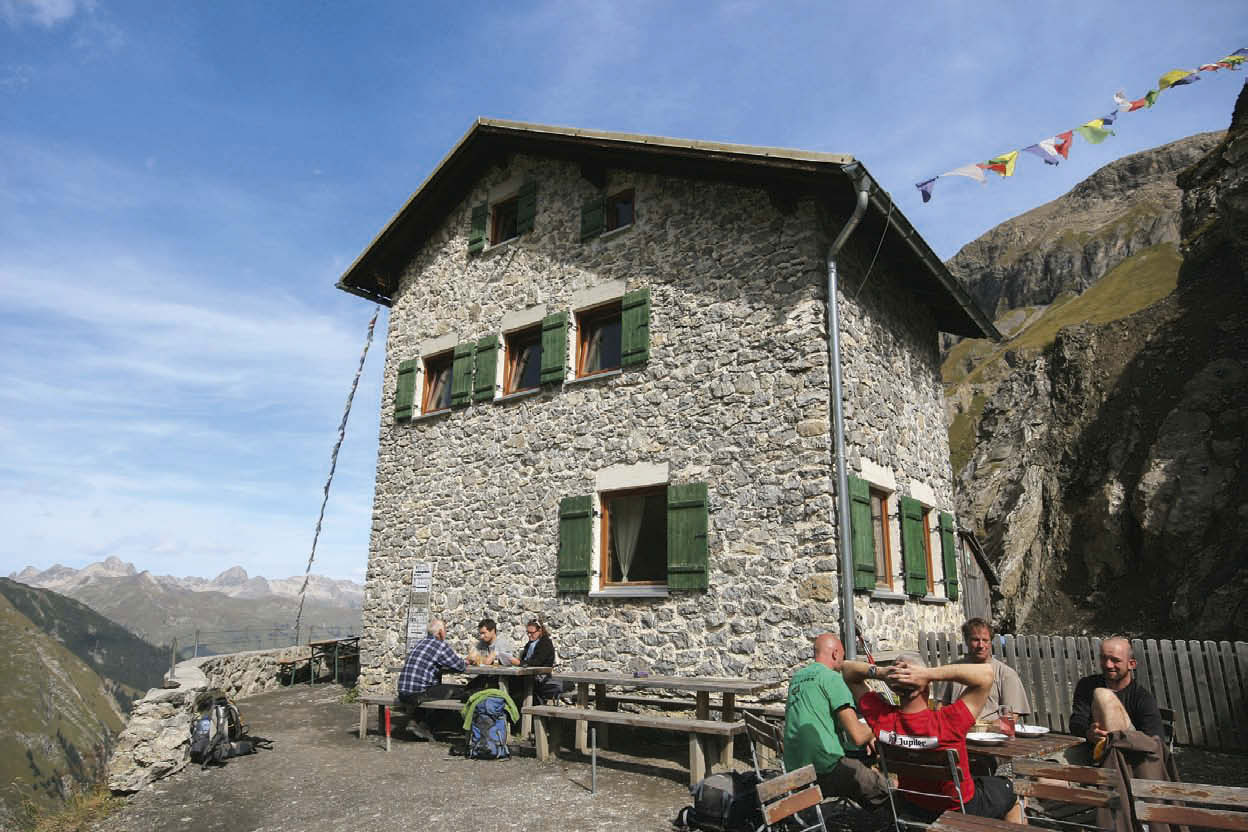 Ein Werk aus Stein: Die Simmshütte trotzt in 2002 Metern Höhe auf einem Hangfuß Wind und Wetter.