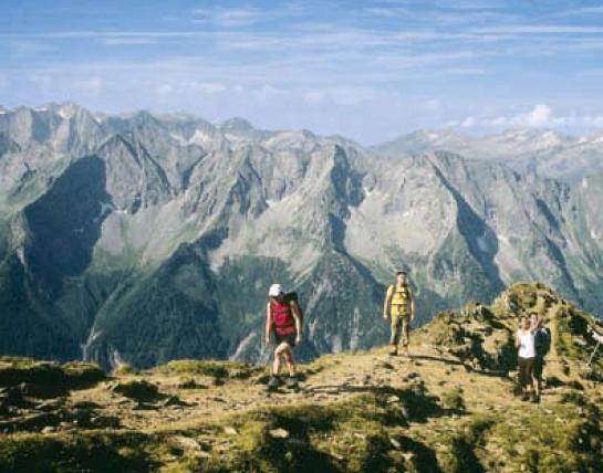 Beim Aufstieg zur Ahornspitze zeigen sich die Kämme der Zillertaler Alpen in ihrer ganzen Wucht