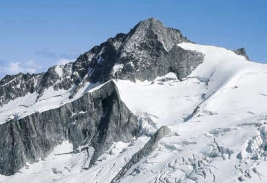 Am Schönbichler Horn ziehen die Gletscher und Grate des Hauptkammes den Bergsteiger in ihren Bann; hier der Turnerkamp