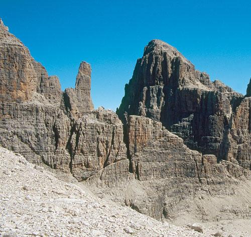 Zentraler Stützpunkt im Brentamassiv ist das Rifugio Pedrotti nahe der Bocca di Brenta. Links die Cima Brenta Bassa, rechts die Cima Brenta Alta. Foto:Jörg Bodenbender
