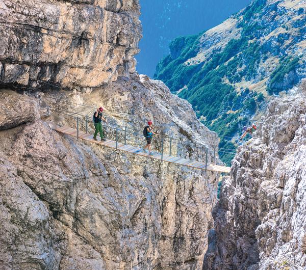 Hängebrücken erhöhen bei dem neuen Klettersteig zur Büllelejochhütte noch zusätzlich die Spannung