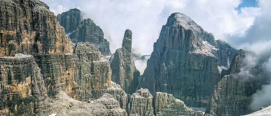 Faszinierende Ausblicke am Weg: Campanile Alto (links hinten.), Campanile Basso (Mitte), Brenta Alta (rechts)