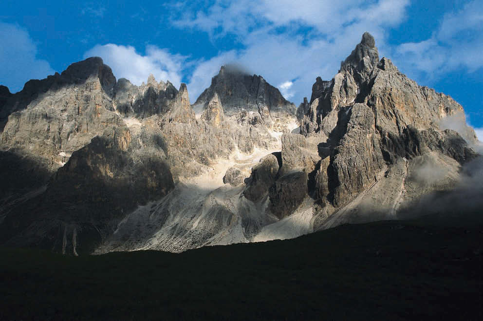 Typisch dolomitisch – die schroffe Kulisse der Pala mit Cimòn della Pala (rechts) neben Cima della Vezzana und Cima dei Bureloni
