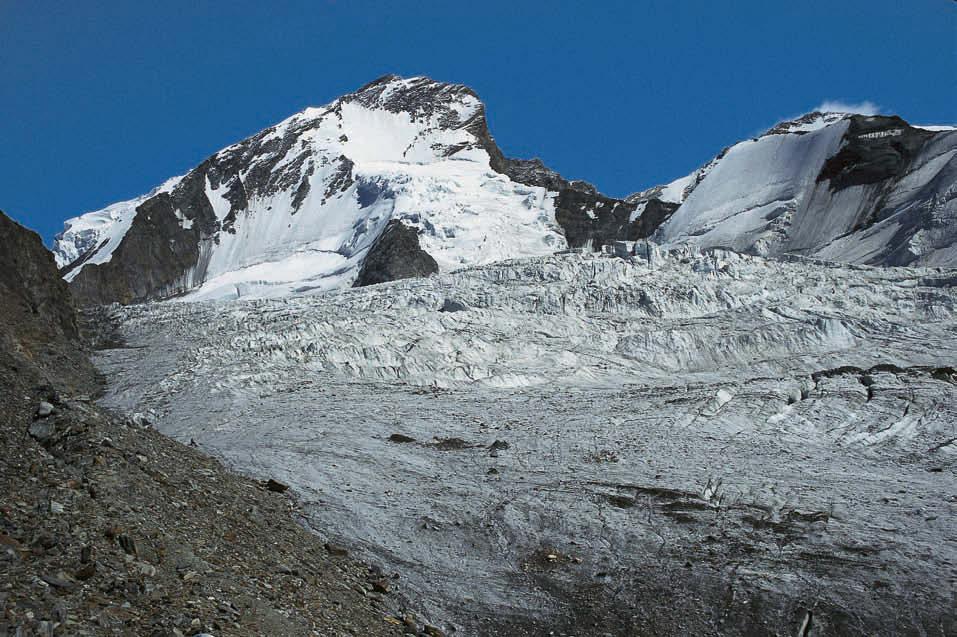 Gipfelzwillinge – über dem zerklüfteten Festigletscher ragen Dom (links) und Täschhorn (rechts) auf