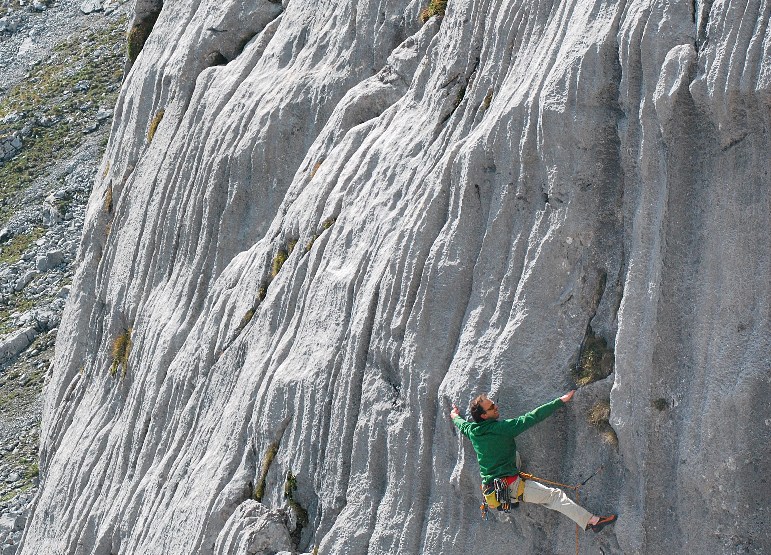 Akkurate Felsfrisur beim klettern in Tirol: Peter Frei in »Lenticularis « (VI–), Hochfeldernalm
