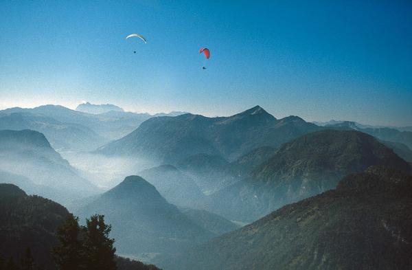 Nur die Paraglider haben einen exklusiveren Blick auf Chiemgauer Alpen und Kaisergebirge.