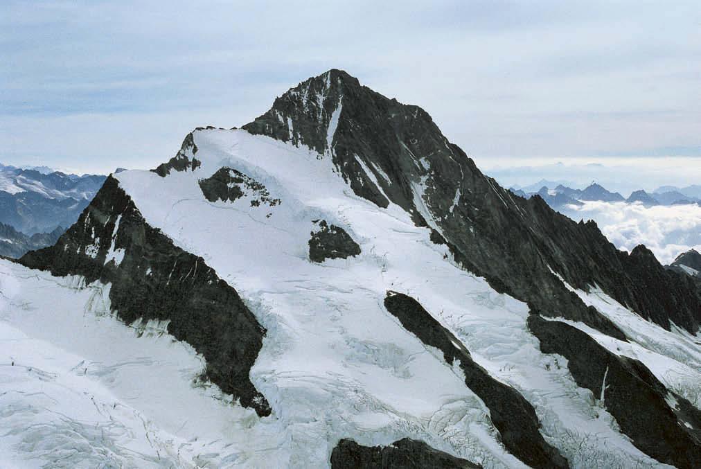Perfekte Berg-Architektur – das Finsteraarhorn von Westen