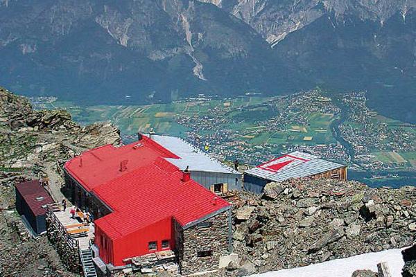 Mit dem Gipfel der Sonnenspitze in greifbarer Nähe, ist die Glungezerhütte auch für eine Tagestour ein lohnenswertes Ziel.