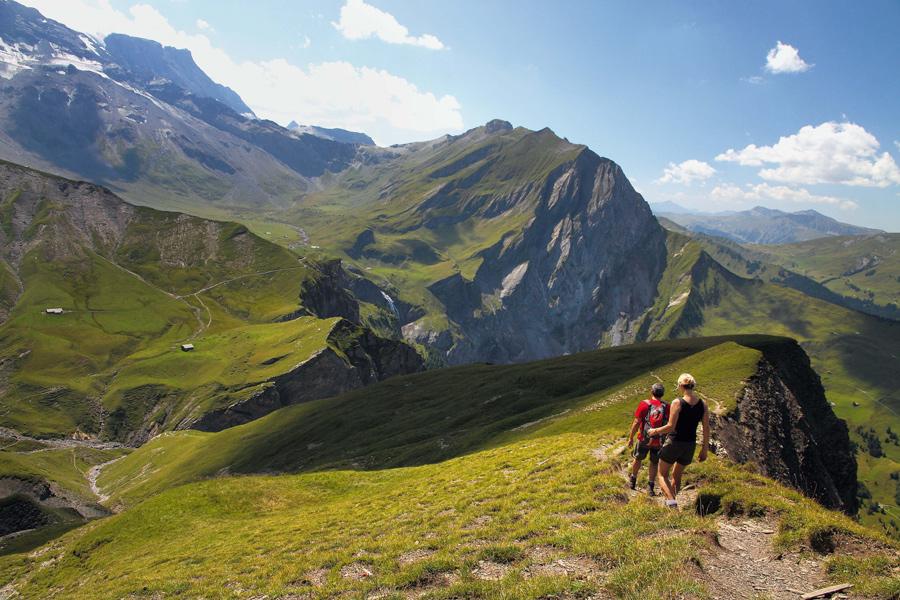 Wanderer beim Abstieg vom Luser zur Engstligenalp – sie haben die Lohner-Traverse in umgekehrter Richtung absolviert.