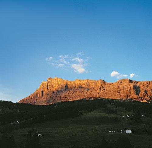 Die Leidenschaft für die Berge (im Bild die Westabstürze des Heiligkreuzkofels über dem Gadertal) und die Faszination des Bergsteigens zu vermitteln, ist die Herausforderung, der sich der BERGSTEIGER seit 75 Jahren stellt…