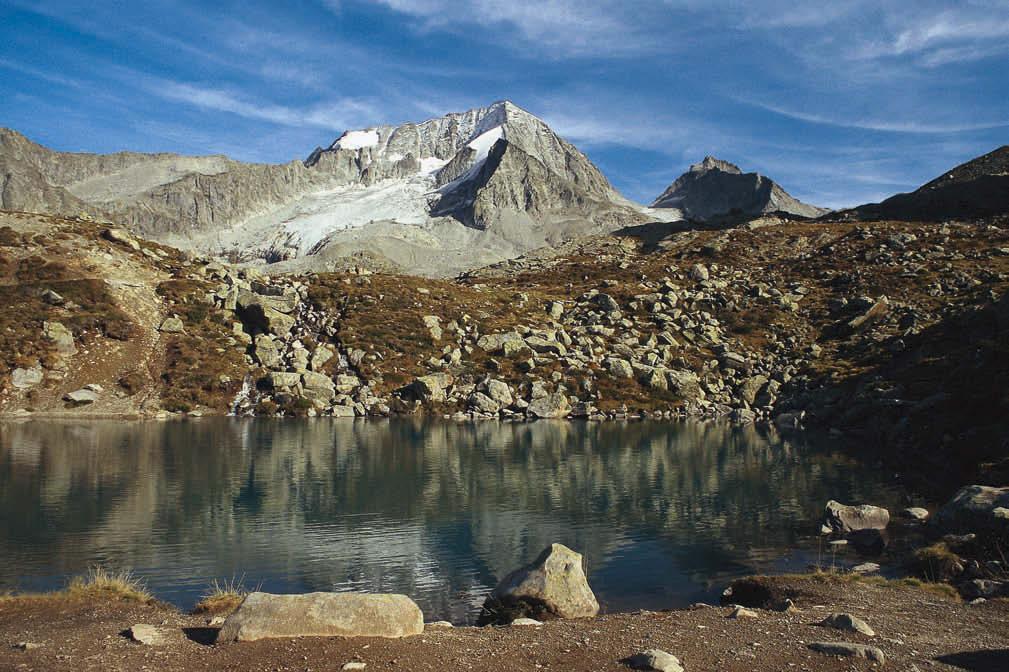 Urlandschaft – über dem kleinen See bei der Hochgallhütte ragen Hochgall und Wildgall auf