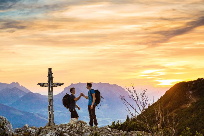 Nach dem Hinlangen ein Handschlag am Gipfel der Hörndlwand