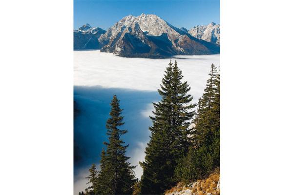 Über dem Nebelmeer strahlt der Watzmann gleich doppelt so schön.