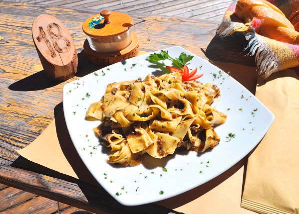 Aussichtsreiche Mittagsrast im Rifugio Doss del Sabion