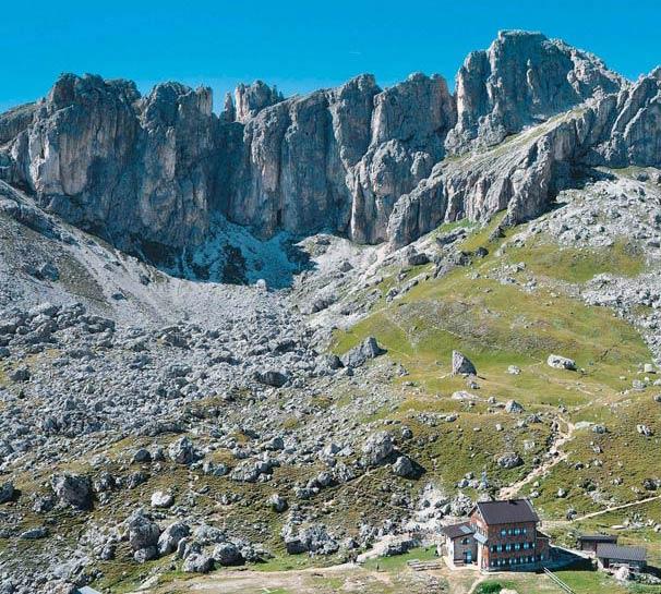 Spektakuläre Gipfel umragen die Rotwandhütte im Rosengarten.