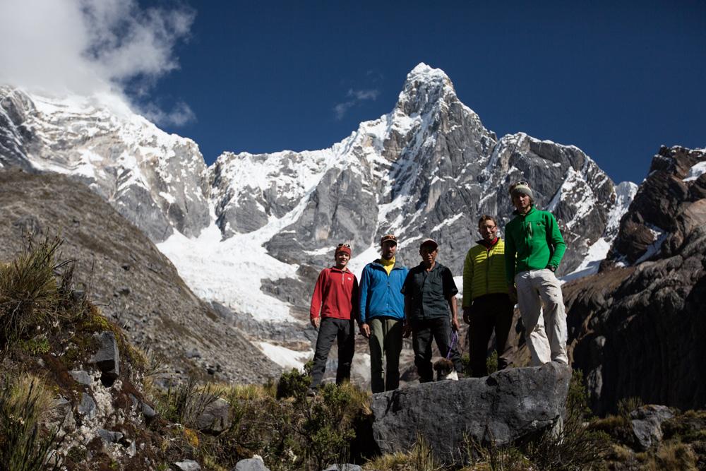 Michi Wohlleben mit Team vor dem Jirishanca. Foto©Michi Wohlleben