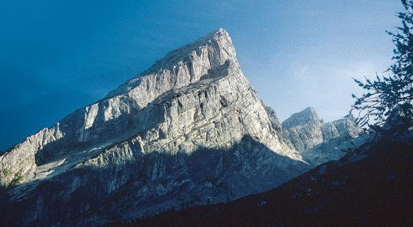 Markante Westwand: der kleine Watzmann im Profil