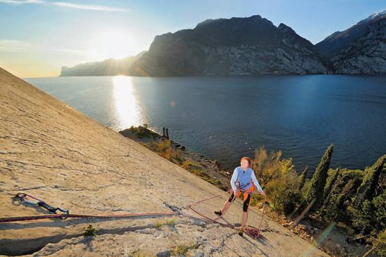 Reibungskletterei ist angesagt an den Platten des Corno di Bo direkt über dem See