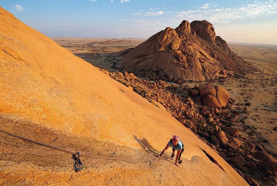 Einen Sonnenaufgang in Namibia erlebt man am besten am Seil.