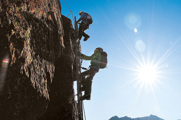 Klettersteige machen mit Steighilfen schwierige Wände zugänglich - sind aber keine Freifahrtsschein