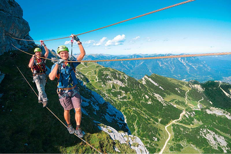 Bei der Überquerung der Dreiseilbrücke am Ausstieg des Mauerläufer-Klettersteigs