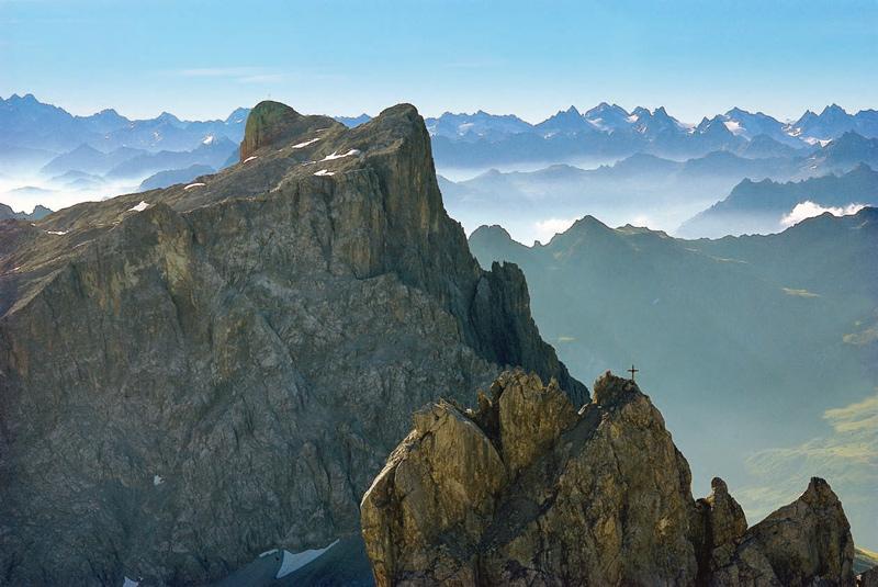 Die Sulzfluh im Montafon. Am Horizont reihen sich Größen wie Piz Buin und Fluchthorn.