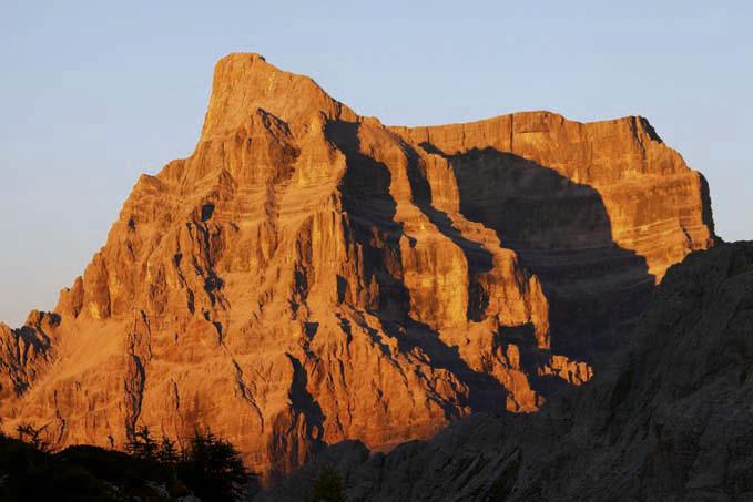 Der gewaltige Felsklotz des Monte Pelmo erstrahlt im Abendlicht