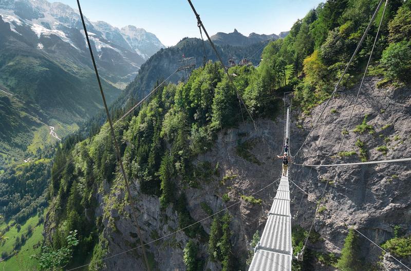Die so genannte Nepal-Bridge ist 80 Meter lang, sehr wackelig und führt Ferratisten beim großen Finale des Mürrenfluh-Steigs in 300 Meter Höhe über die Schlucht.