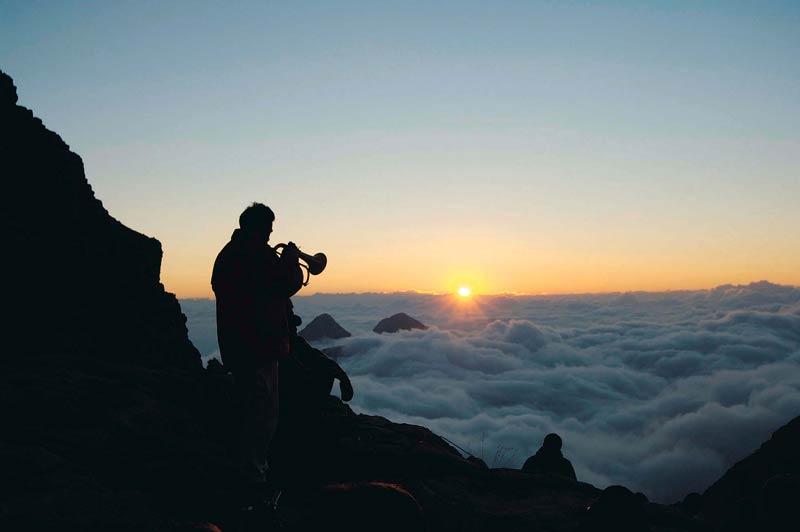 Über den Wolken nur Trompetenklang: Mystisch ist die Stimmung beim Sonnenaufgang am Rifugio Pedrott i.