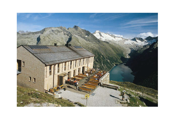 Die Olpererhütte hoch über dem Schlegeis-Speicher, hinten Greinerkamm und Möseler