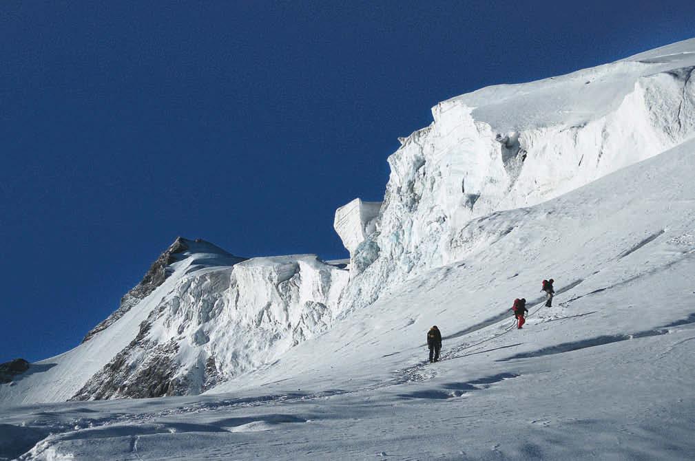 Bedrohliche Eisbrüche – die Alpinisten haben die Hauptschwierigkeiten der Hochtour auf den Ortler bereits überwunden