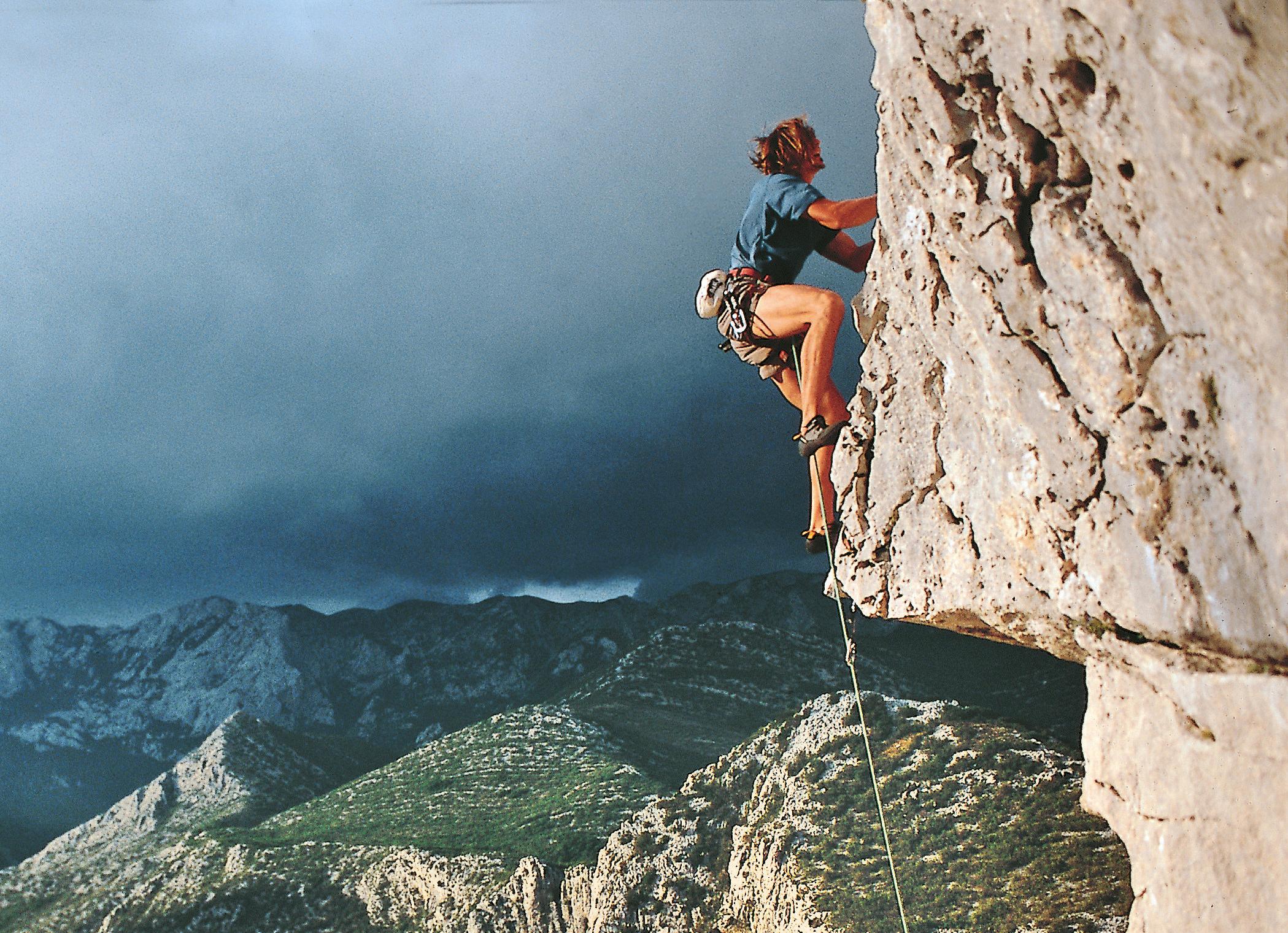 Gewitter im Anflug: Ivica Matkovic sieht den Fels vor lauter Haaren nicht und flüchtet in »Zenit« (7a+) am Anica kuk.